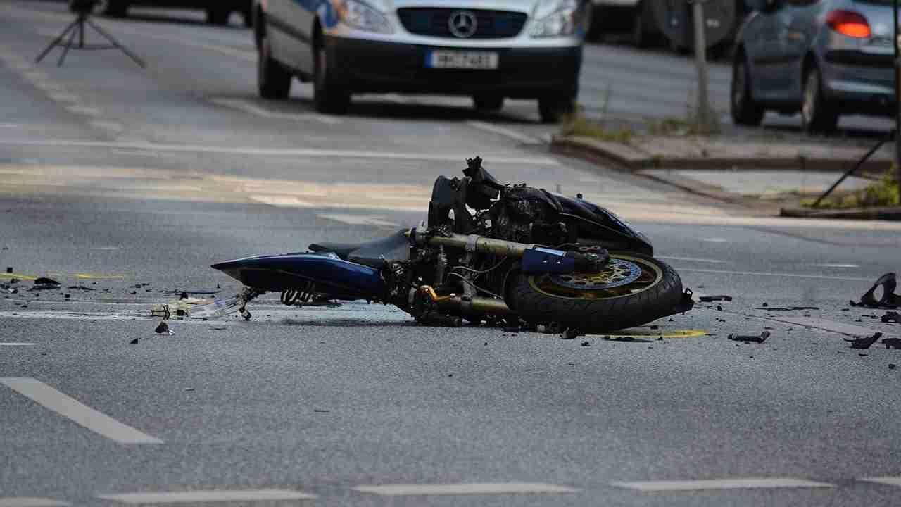 Pisa incidente moto muore padre 55 anni