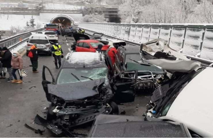 Maxi incidente due morti e molti feriti