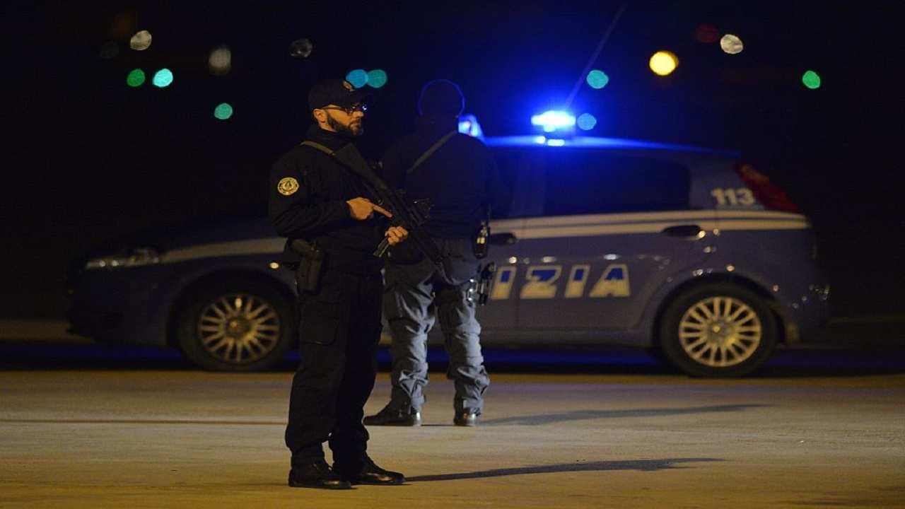 Milano uomo aggredisce passanti coltello