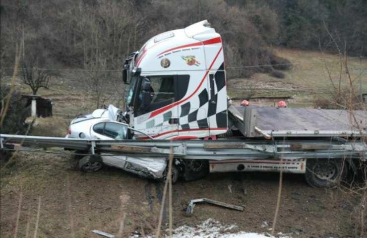 Scontro frontale tra auto e camion