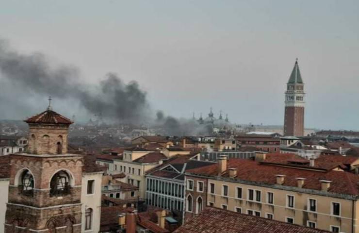 Venezia, incendio in centro storico
