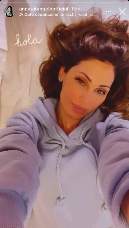 Anna Tatangelo a letto con pigiamone