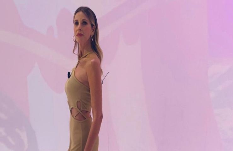 Alessia Marcuzzi Le Iene abito beige primavera 2021