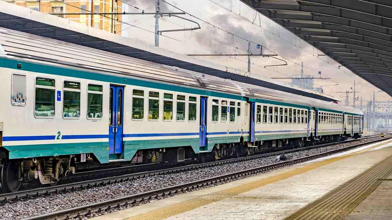 Lecce corpo carbonizzato uomo treno