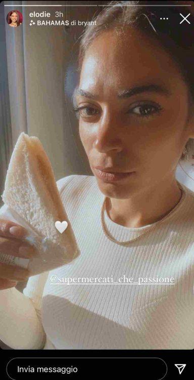 Elodie mangia un tramezzino