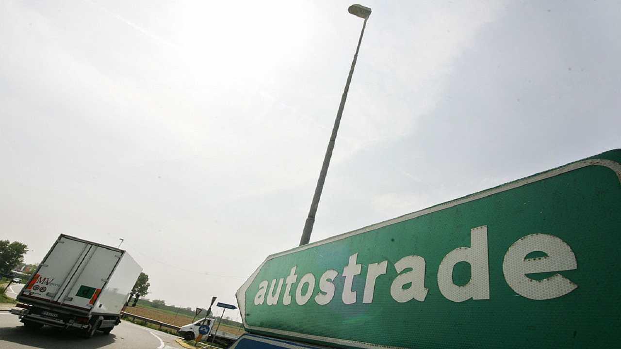 Parma incidente camion autostrada morto uomo