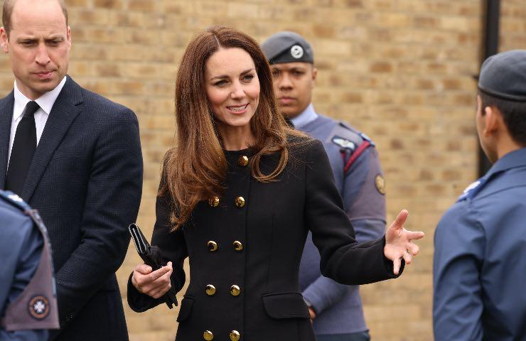 Kate Middleton cappotto nero cerimonia principe Filippo