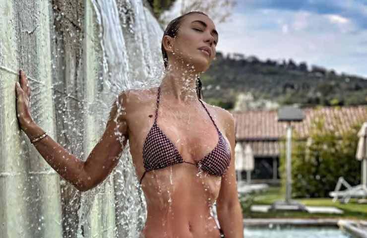 Laura Cremaschi bikini sotto doccia atomica