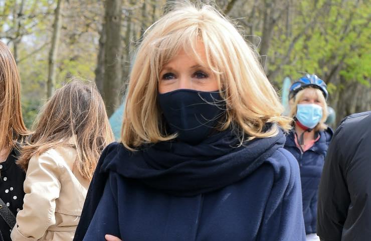 Brigitte Macron jeans skinny primavera 2021