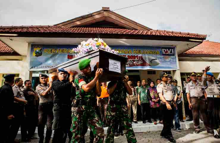Disastri aerei, volo Indonesia AirAsia 8501: 162 morti