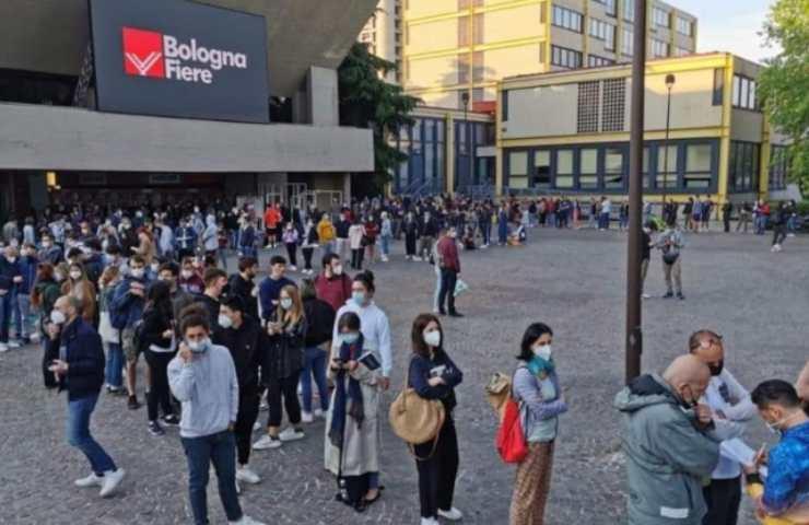 Open day Bologna vaccino: fila infinita