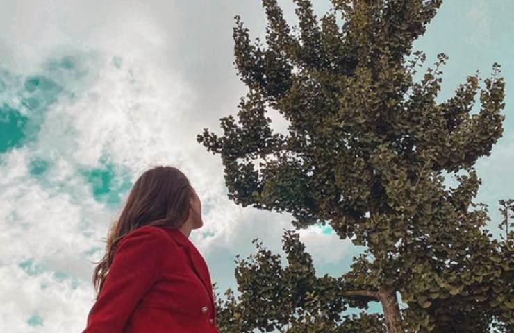Diana Del Bufalo guarda il cielo nuvoloso