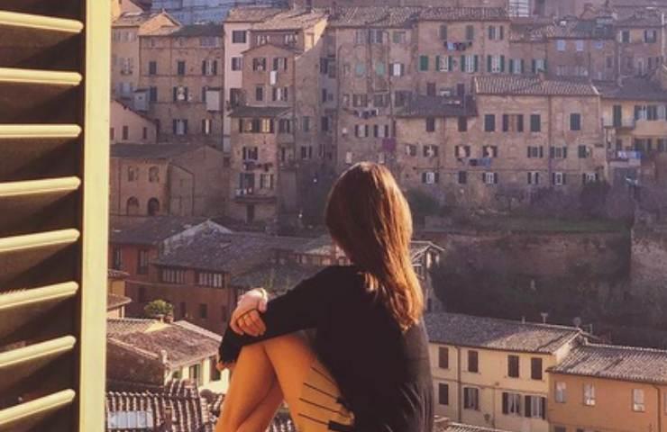 Diana Del Bufalo guarda il panorama dalla finestra