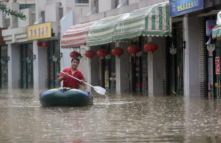Devastanti alluvioni in Cina: almeno 25 morti, 12 nella metropolitana
