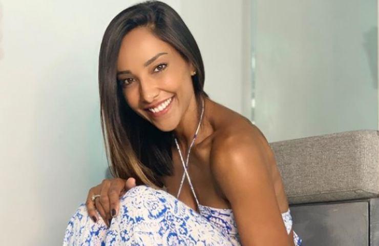 Juliana Moreira workout casalingo piedi nudi bellissima foto