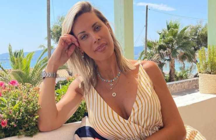 Laura D'Amore lato A e B infarto foto piscina
