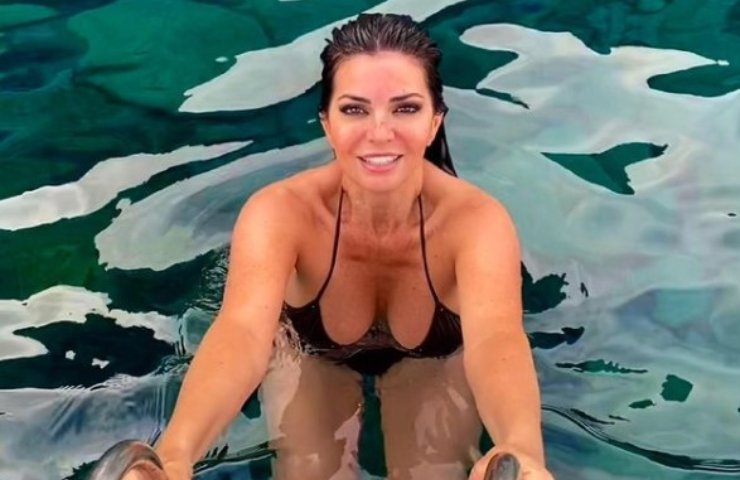 Laura Torrisi décolleté esplode sotto vestitino bianco foto