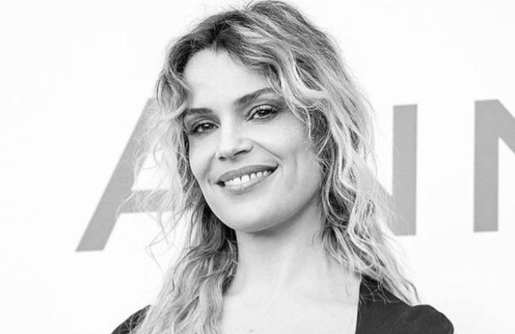 Micaela Ramazzotti capelli spettinati occhi che stregano foto