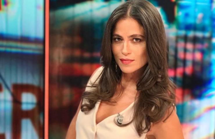 Veronica Gentili sfodera look maschile sensuale primo piano foto