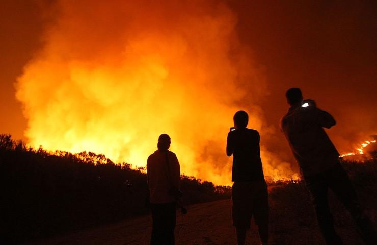 Divampano senza sosta gli incendi