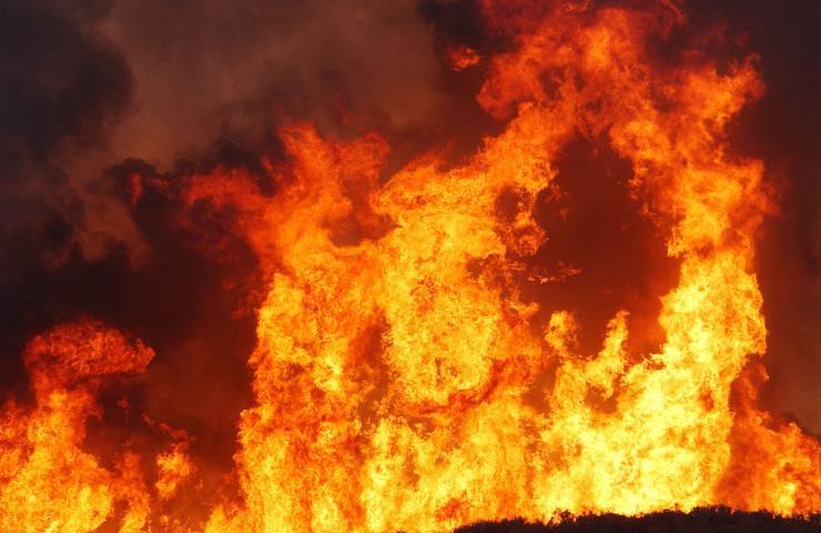Appiccato il fuoco in via Emilia Ovest