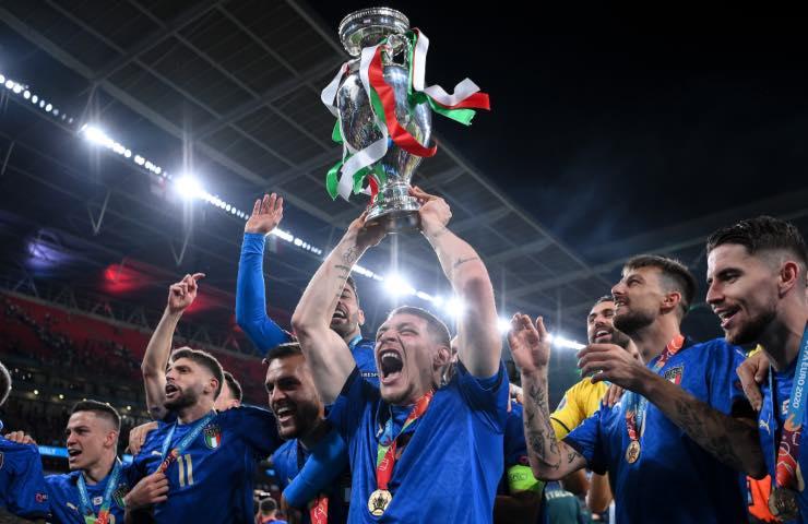 Andrea Belotti con la Coppa Europea
