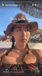 Aurora Ramazzotti senza parole spiaggia Mykonos foto