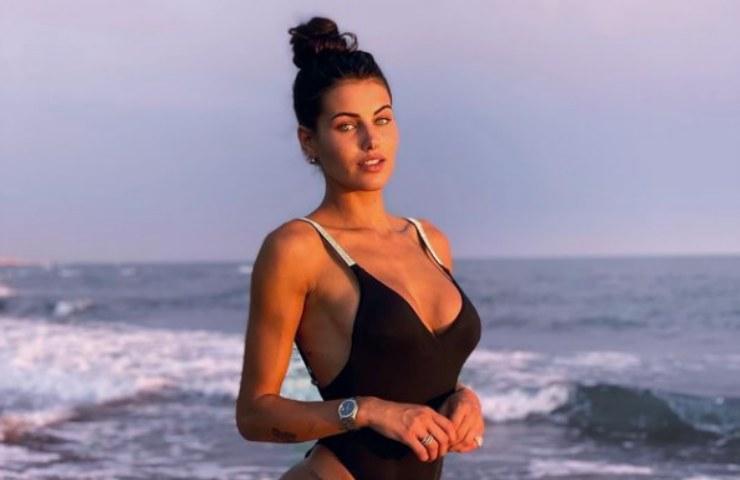 Carolina Stramare bikini micro spiaggia illegale foto