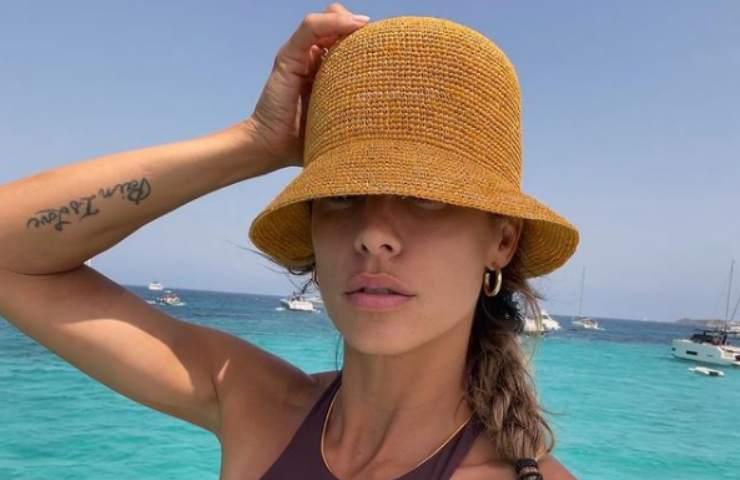 Elisabetta Canalis bellezza surreale spacco vertiginoso abito foto