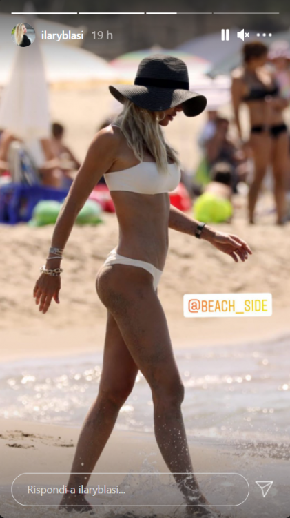 Ilary Blasi bikini bianco spiaggia statua marmo