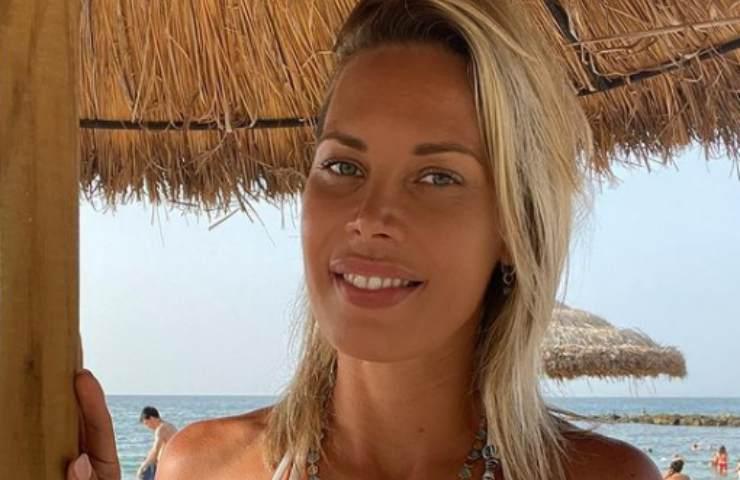 Laura D'Amore abito esplode seno primo piano foto