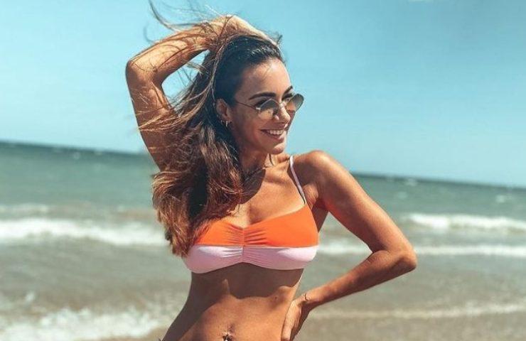 Melita Toniolo bikini invisibile in riva al mare foto