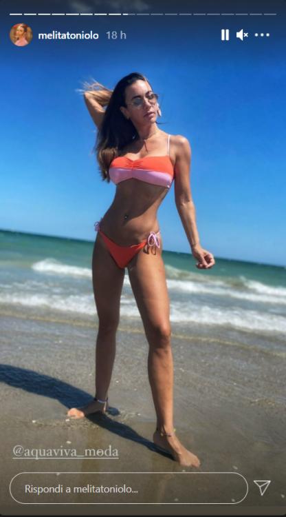 Melita Toniolo vacanza Riccione pancino scoperto surreale foto