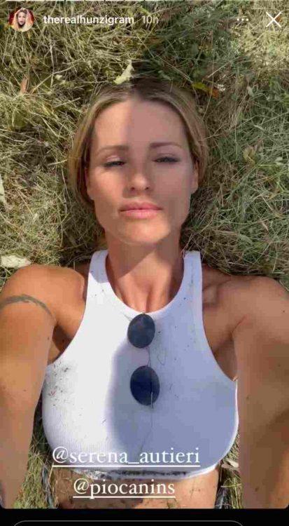 Michelle Hunziker stesa nel fieno baci bollenti foto