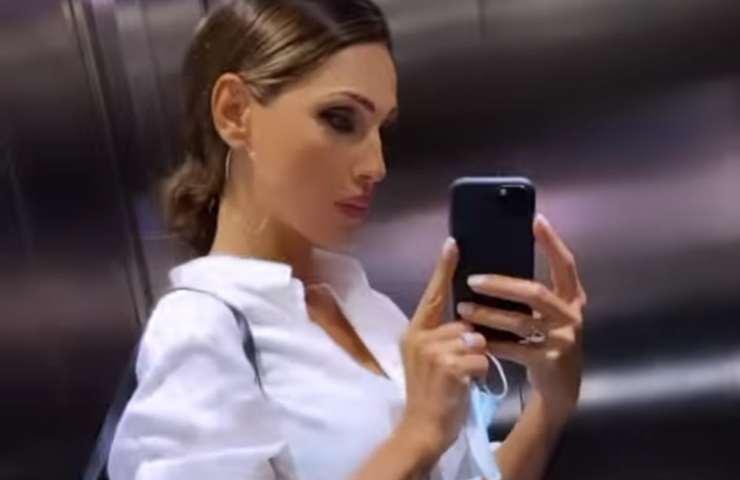 Anna Tatangelo in ascensore