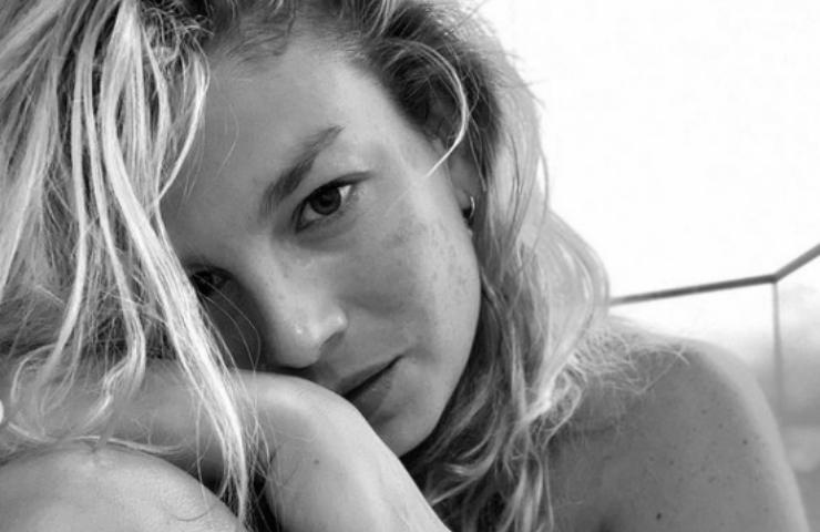 Emma Marrone maglietta frase ironica gambe nude foto