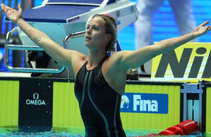 Federica Pellegrini esulta in piscina