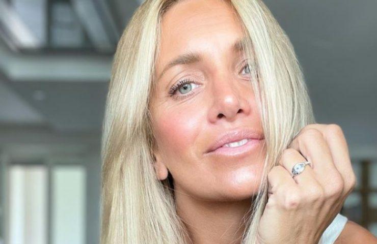 Katia Pedrotti nuova sponsorizzazione foto spallina abbassata top bianco