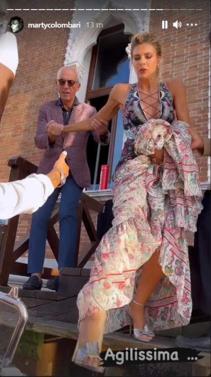 Martina Colombari red carpet Venezia spettacolare seno primo piano foto