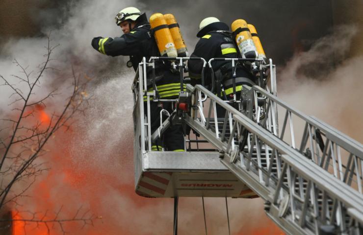 edificio avvolto dalle fiamme