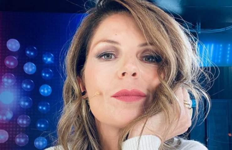 Marina La Rosa sguardo tentatore sigaretta mano pigiama bianco foto