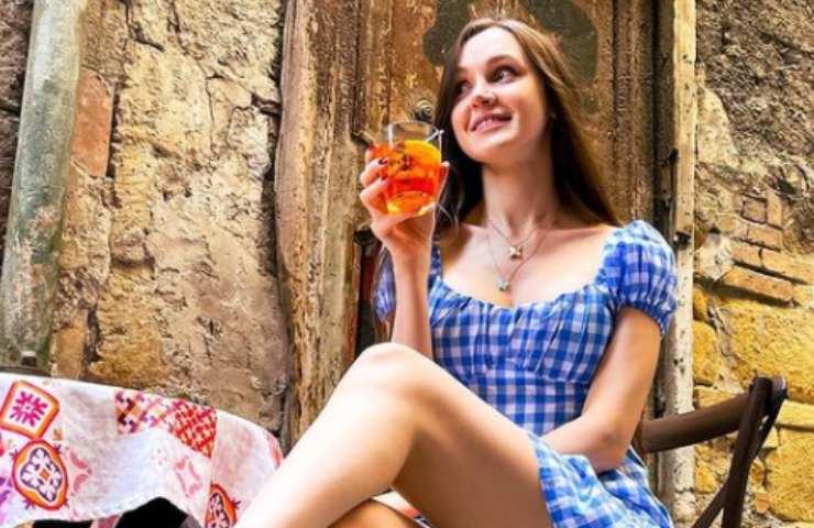 Tatsiana Paulava beve un drink